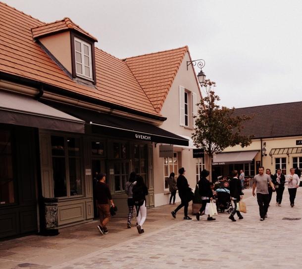 La vallée village shopping